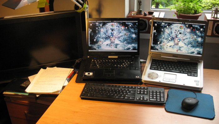 Starý notebook sloužící jako druhý monitor